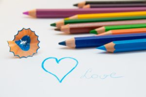 Bild mit Holz-Buntstiften